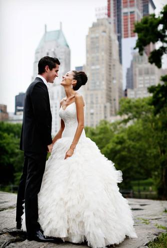 glamorous-summer-wedding-essex-house-nyc-monique-lhuillier-ball-gown-wedding-dress-straps